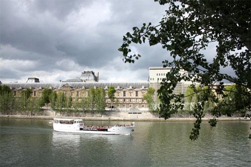 Un bateau de plaisance passe sur la Seine