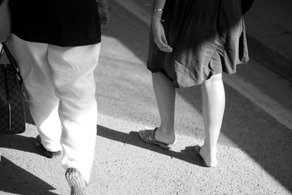 Promeneurs sur les quais parisiens