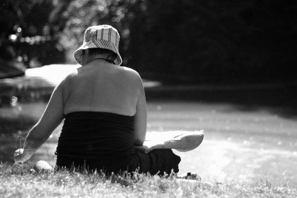 Femme peintre au parc des Buttes-Chaumont