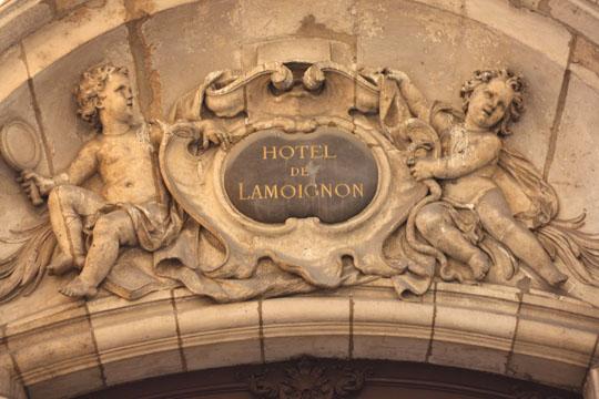 Le fronton de l'hôtel de Lamoignon