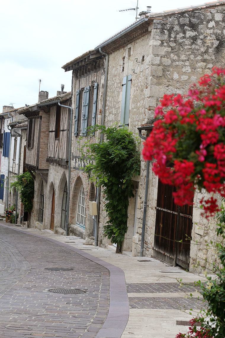 Rue avec d'anciennes échoppes voutées à Lauzerte
