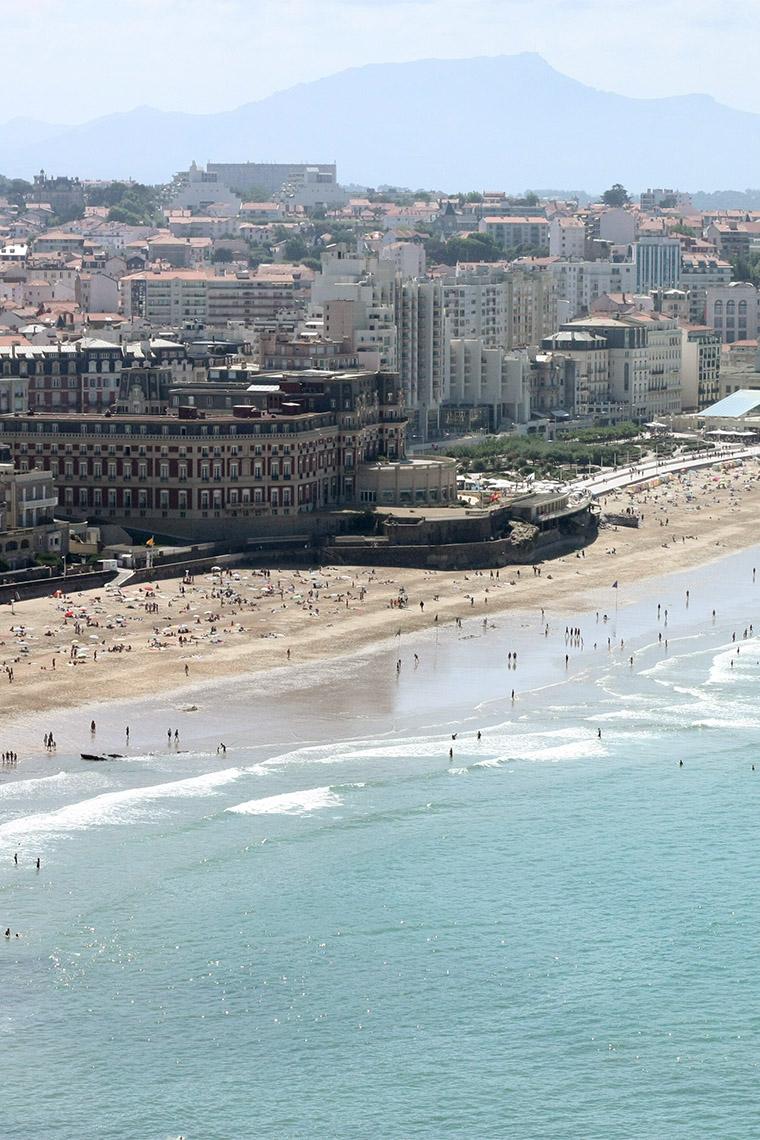 La plage de Biarritz en été