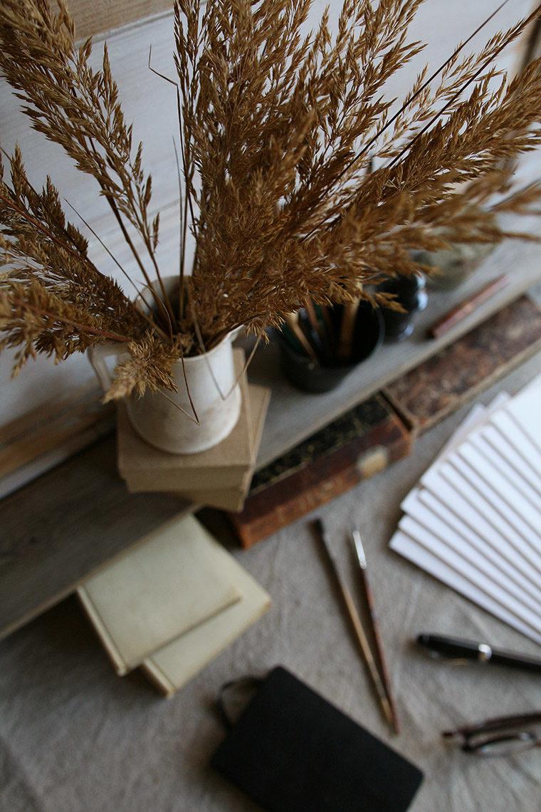 Bouquet de graminées sur un bureau