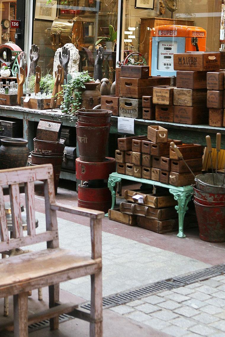 Caisses de bois chez une brocanteur