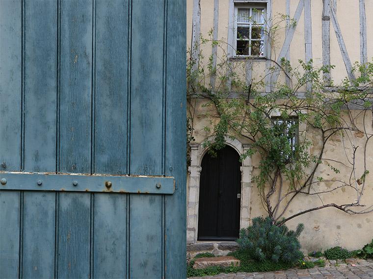 Façade avec rosier dans la Cité Plantagenêt