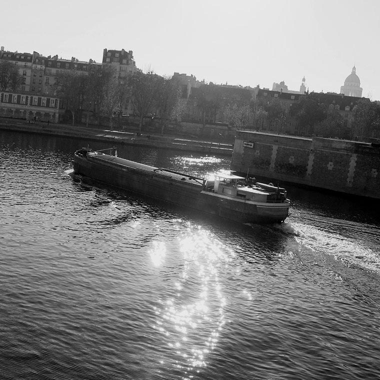 Une péniche sur la Seine dans un rayon de soleil