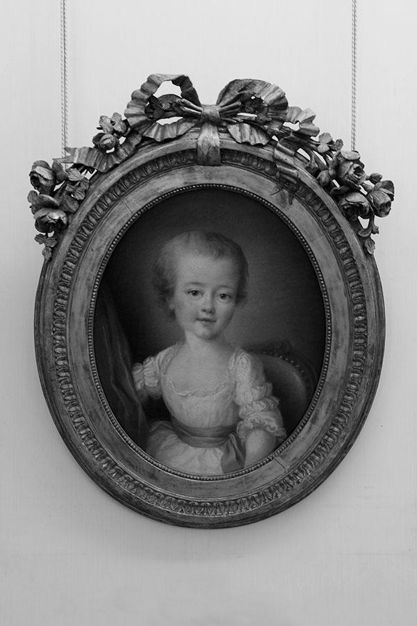 Portrait de petite fille en robe blanche par François-Hubert Drouais