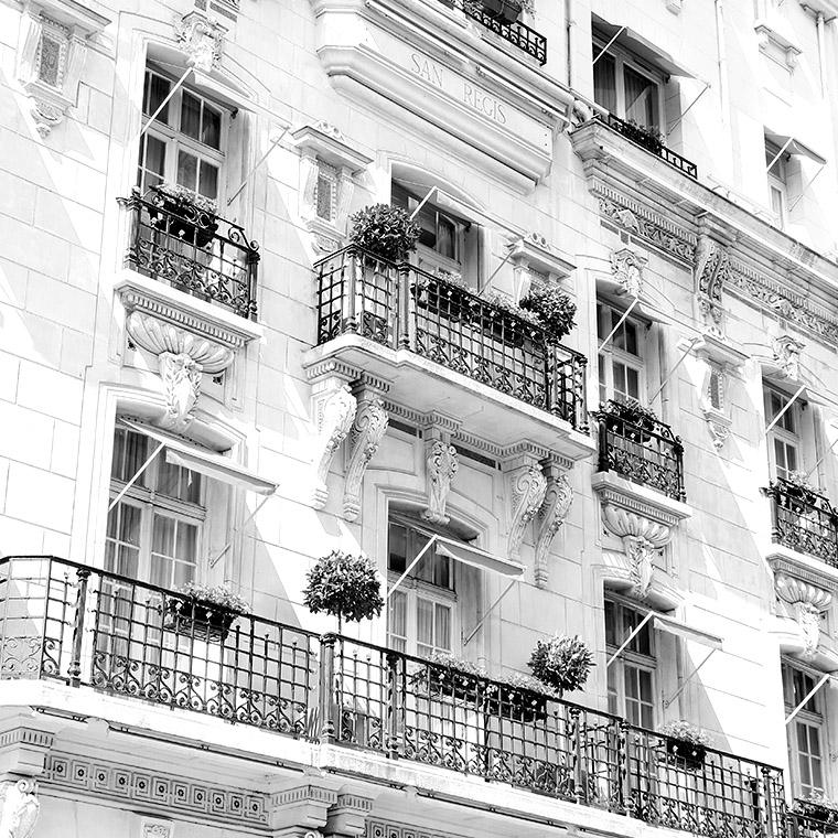 La façade ornementée de l'hôtel San Régis à Paris