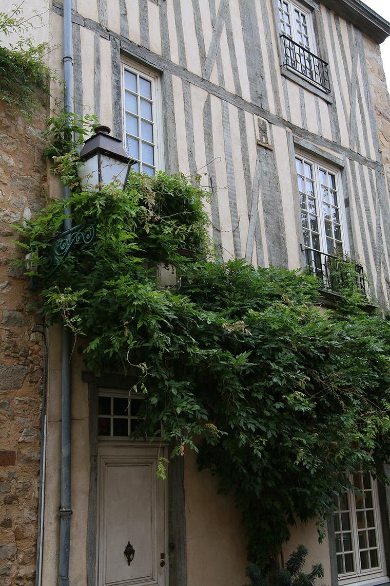 Maison à pans de bois gris dans le Vieux Mans