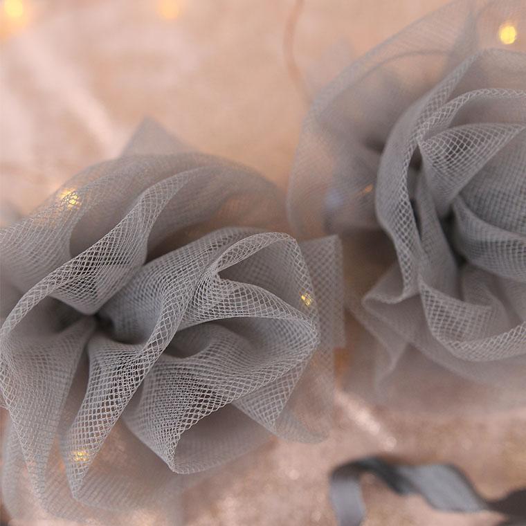 Fleurs grises en tulle