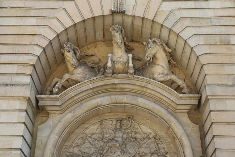 Fronton sculpté de la Grande Écurie