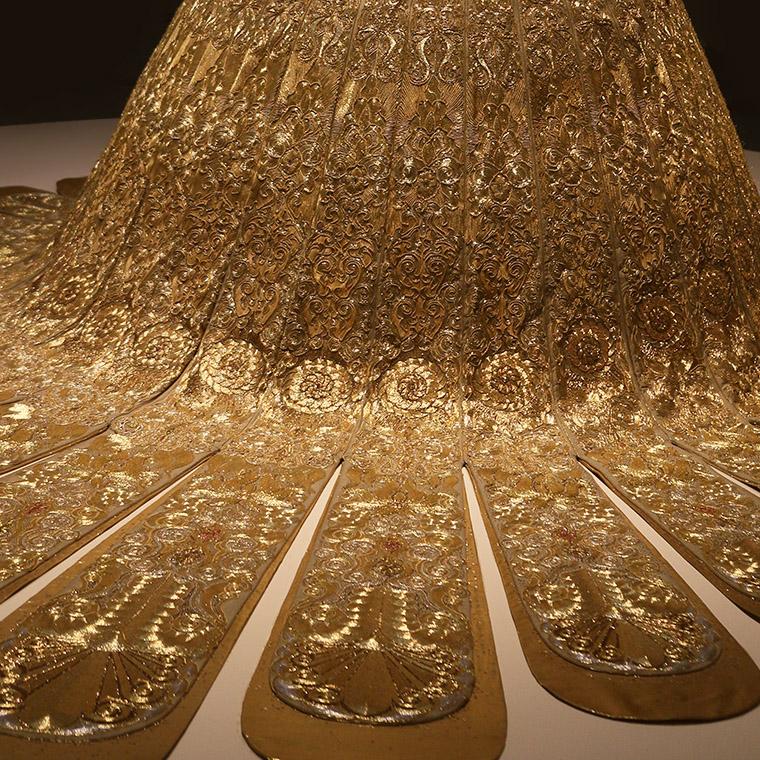 Robe de soie, fil d'or et d'argent de Guo Pei