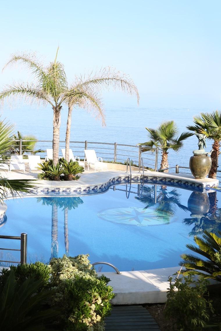 Piscine d'hôtel avec vue sur mer en Andalousie
