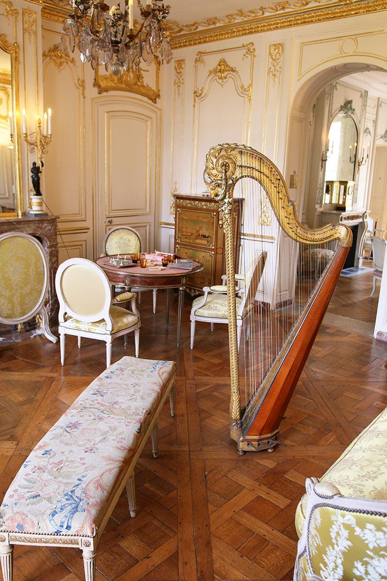 La salon doré avec sa harpe au musée Lambinet