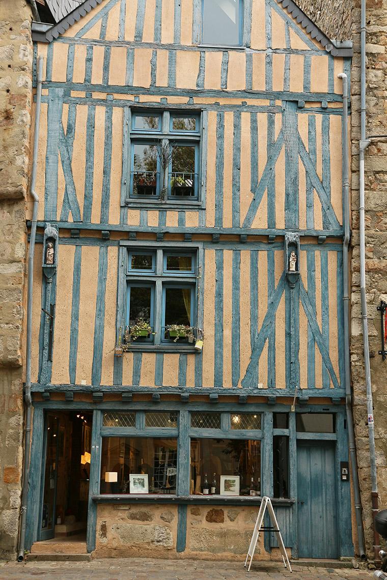 Maison à pans de bois gris-bleu