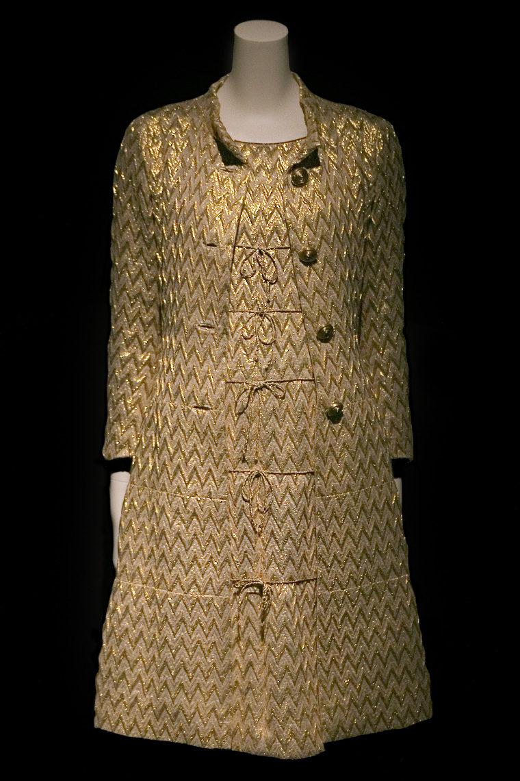 Ensemble manteau et robe Chanel brodé au fil d'or