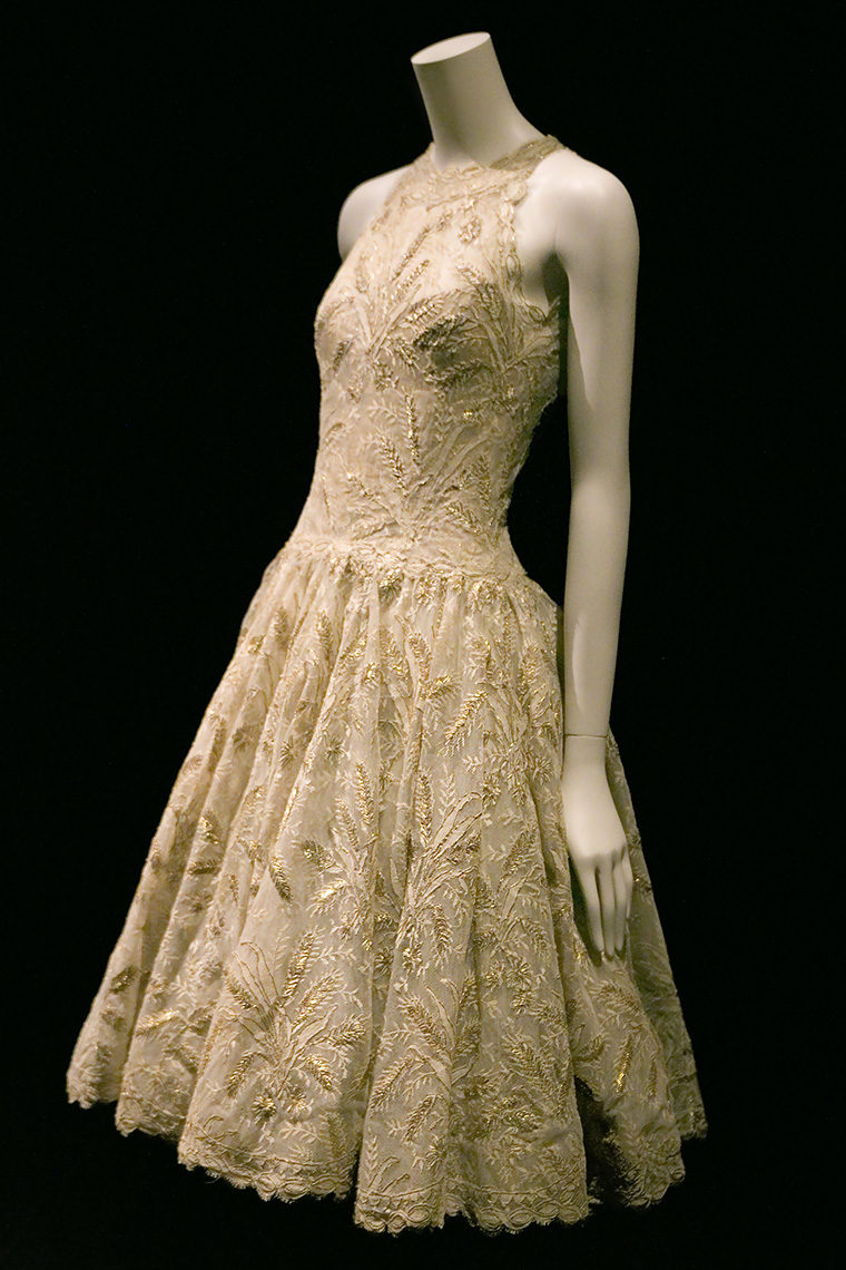 Robe en tulle de coton brodé de fils d'or, 1960