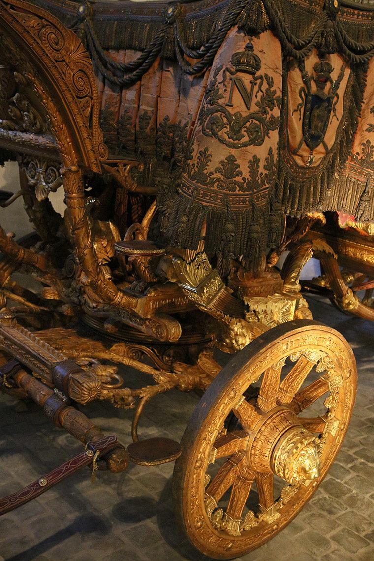 Tête de lion dorée sur le carrosse de Charles X