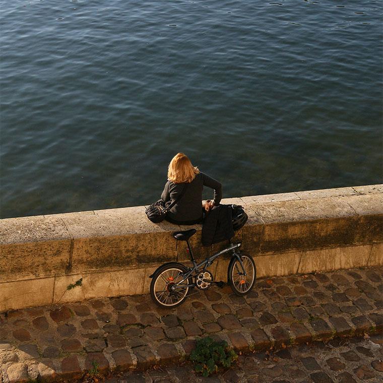 Parisienne profitant du soleil sur l'Ile Saint-Louis