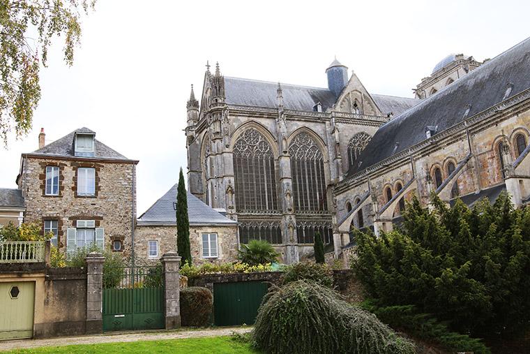 La cathédrale Saint-Julien au pied de la Cité Plantagenêt