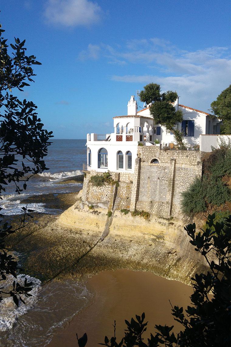 Grande villa blanche sur les rochers